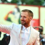 Vergnügt winkt Ryan Gosling den Fans zu.