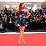 ModelBarbara Palvinpräsentiert sich vor den Fotografen sexy in einem Minikleid auf dem Roten Teppich.