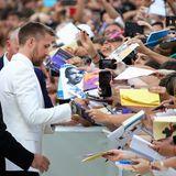 Ryan Gosling begrüßt die vielen wartenden Fans und signiert fleißig.