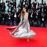 Hingucker des Eröffnungsabends ModelIzabel Goulart in einem silbernen Kleid.