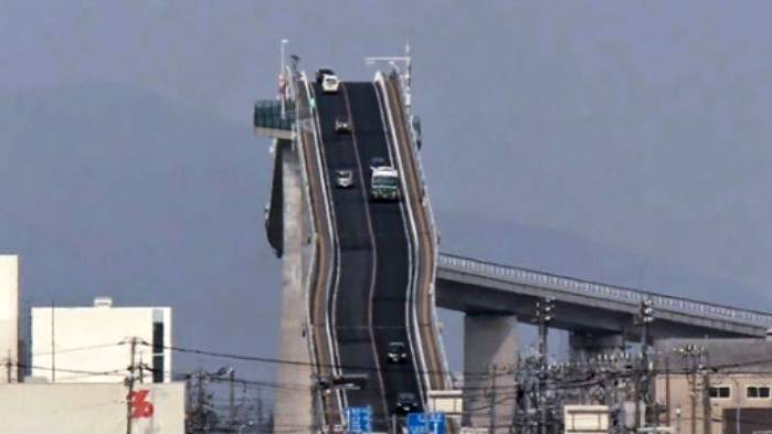Japan: Vor dieser Brücke fürchten sich Autofahrer