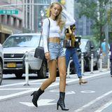 """Chase Carter zeigt in Crop-Top und Jeans-Shorts viel Haut. Bei so einem durchtrainierten Bauch können wir es ihr aber auch nicht verübeln. Mit ihrem heißen Körper hat es Chasebereits auf die amerikanische """"Sports Illustrated"""" geschafft - ob jetzt auch die Flügel winken? Wir drücken ihr die Daumen!"""