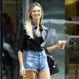 Das nennen wir mal einegekonnteStreetstyle-Pose: Brittni Tucker posiert vor dem Victoria's Secret Casting entspannt mit einer ultrakurzen Jeans-Short, einem Lederhemd und einem essentiellen Accessoire: DemStarbucks-Kaffee.