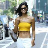 Die brasilianische Schönheit Daiane Sodré geizt nicht mit ihren Reizen: In einem knappen Bustier-Top in der Knallfarbe gelb und einer locker sitzendenAnzugshose in weiß möchte sie auf dem Casting von ihren Qualitäten als Engel überzeugen.