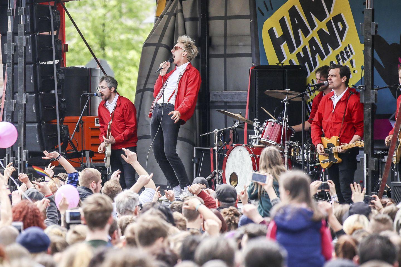 """Die Band """"Kraftklub"""" am 1. Mai 2018 bei einem Konzert gegen Rechtsorientierte in Chemnitz. In der Mitte: Frontsänger Felix Brummer"""