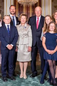 Die norwegischen Royals posieren anlässlich der goldenen Hochzeit von Königin Sonja und König Harald (Mitte) für ein Gruppenfoto