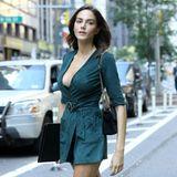 Im Wildleder-Wickelkleid lässt sichTako Natsvlishvili auf den Straßen New Yorks ablichten. Auch sie hat ihr Model-Buch dabei und hofft, auf der großen Show im Januar dabei sein zu dürfen. Unsere Daumen sind gedrückt!