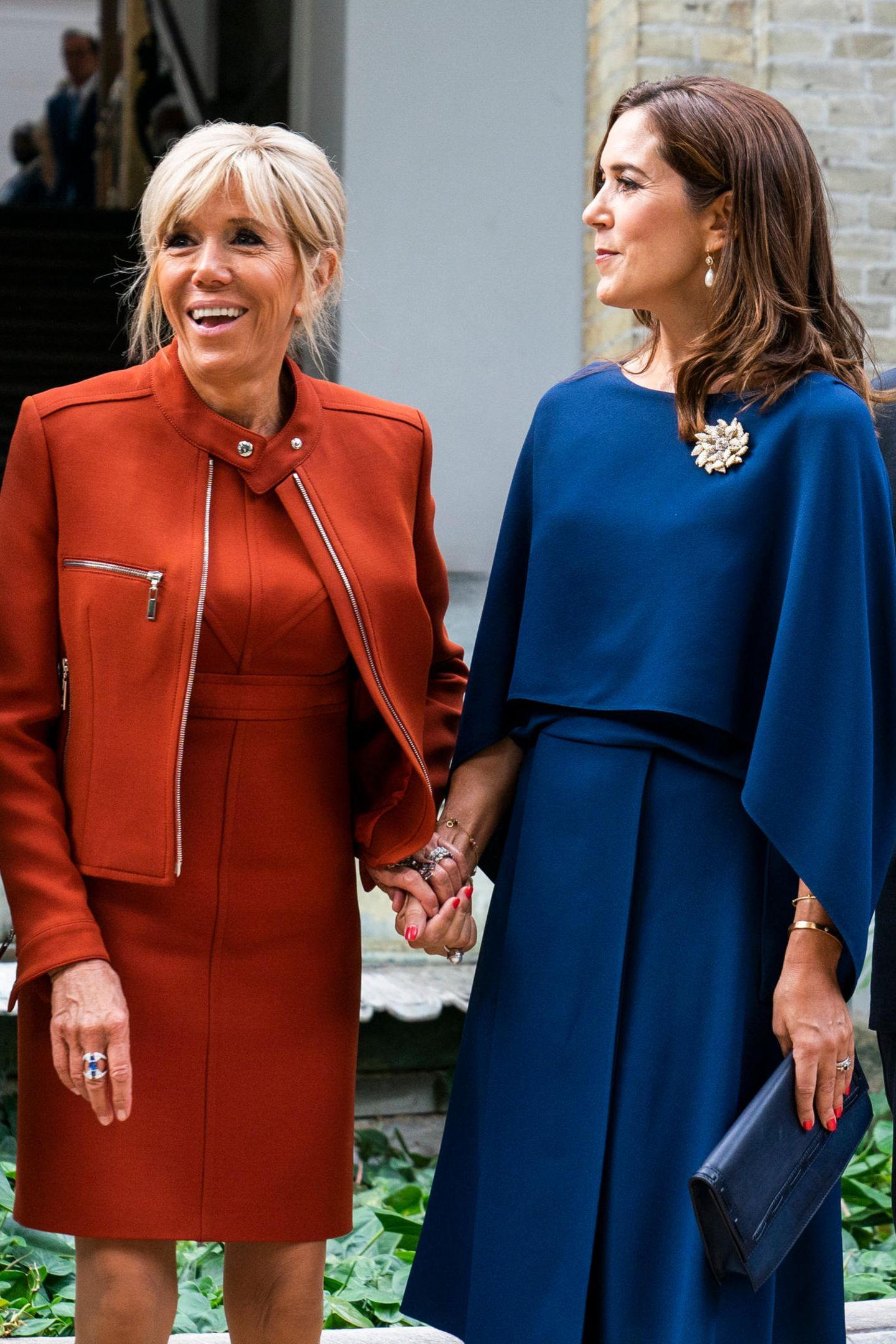 29. August 2018  Die beiden First-Ladies Brigitte Macron und Kronprinzessin Mary verstehen sich offenbar so gut, dass sie Händchen halten.