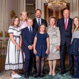 In weißen Sneakern von Superga geht Prinzessin Ingrid Alexandra nicht nur über den roten Teppich zum Festgottesdienst: Auch zumoffiziellen Fototermin behält die 14-jährige Tochter von Prinzessin Mette-Marit und Prinz Haakon ihre bequemen Schuhe an – ziemlich bodenständig!