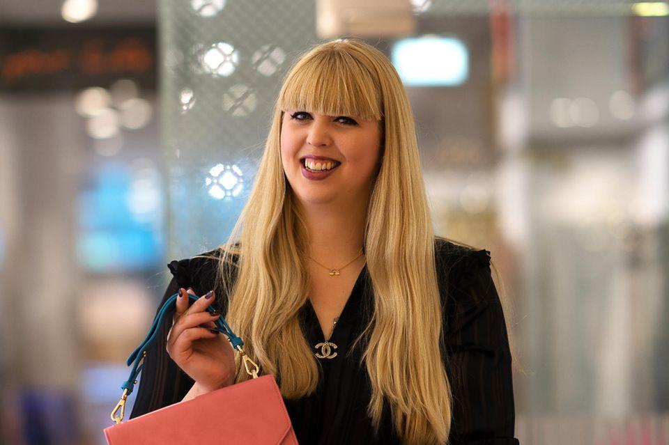 Gala-Redakteurin Nane ist happy mit ihrer ersten Designer-Handtasche.