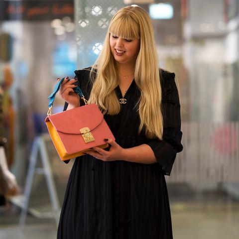 GALA-Redakteurin Nane auf der Suche nach der perfekten Handtasche.
