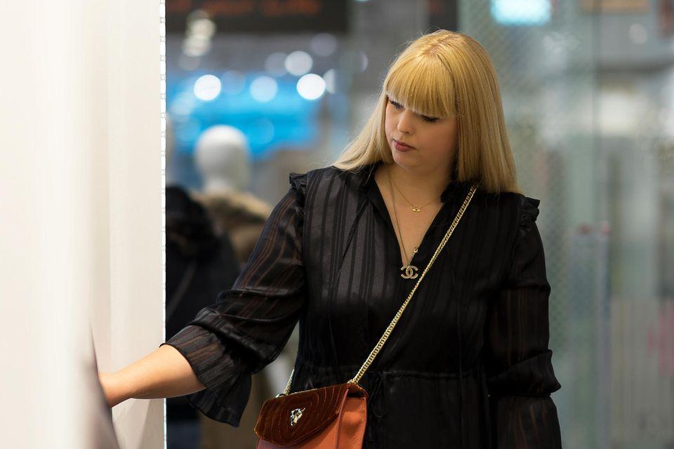 Shopping im Marc Cain Store: Dieses Crossbody-Modell mit Samt-Details gefällt!