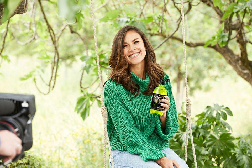 Janina Uhse steht für die Avocado-Linie bei Nature Box.