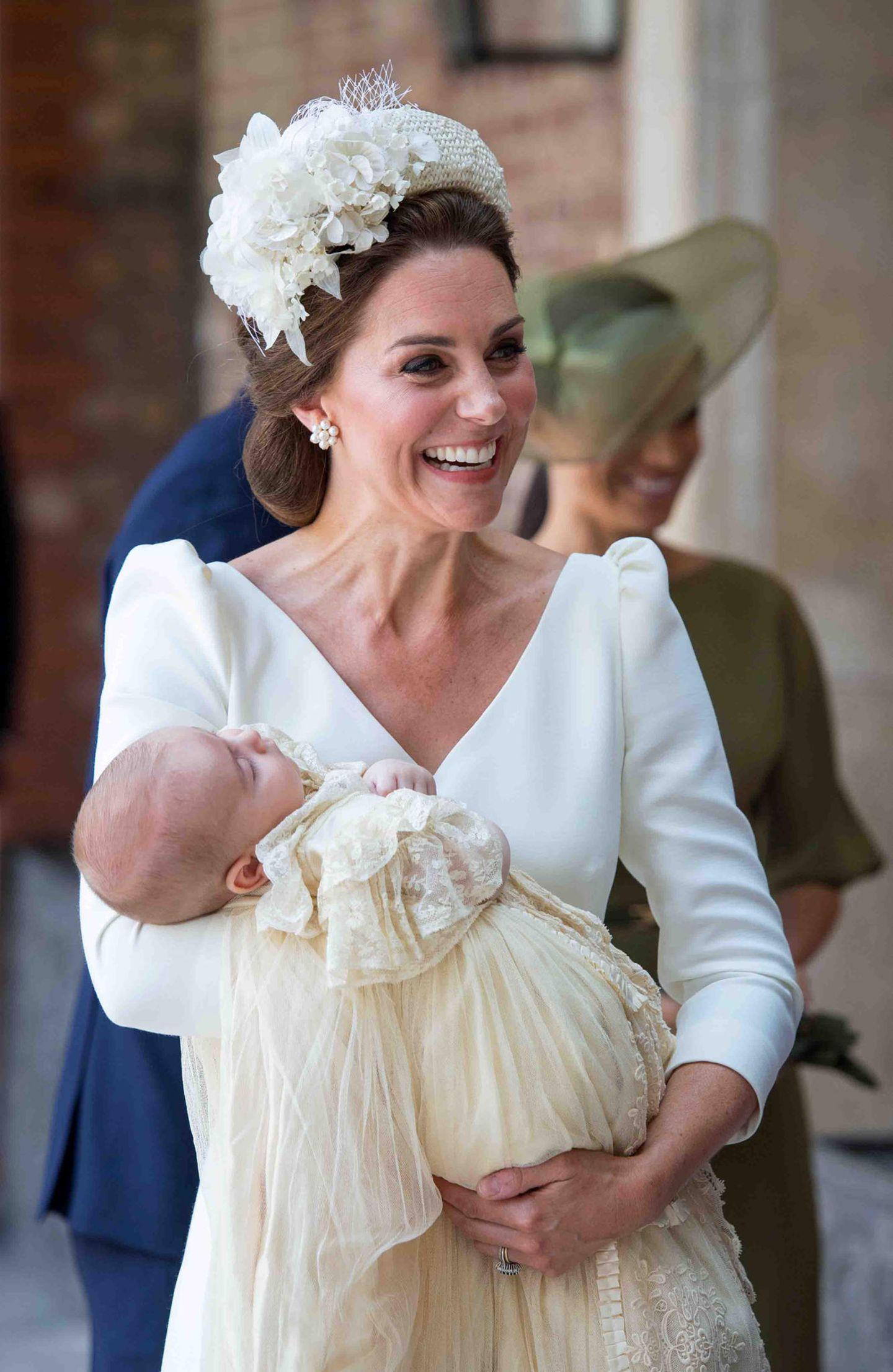 Herzogin Catherine bezaubert zur Taufe ihres Sohnes Prinz Louis am 9. Juli 2018 nicht nur in einer Robevon Alexander McQueen, sondern auch mit einem wunderschönen Haarreif. Das Accessoire wird von Designerin Jane Taylor extra zu diesem Anlass für die Herzogin gefertigt – und ist nun auch für andere Fashionistas erhältlich!