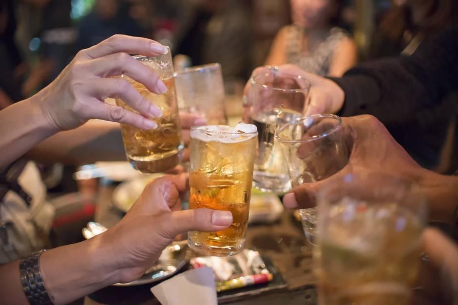 Eltern trinken an einer Bar (Symbolbild)
