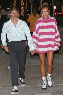 """Was würden Sie sagen, wenn wir Ihnen verraten, dassJustin Bieber und Hailey Baldwin in diesem Lookaus der Kirchenmesse in Beverly Hills gekommen sind? So richtig glauben, wollten wir es ehrlich gesagt auch nicht. Der Sänger im Hawaii-Hemd mit anthrazitfarbenerStoffhose und weißen Socken in Vans hat allerdings noch ein ganz anderes Problemchen: Sein offener """"Hosenstall"""". Damit Freundin Hailey so einMalheur erst gar nicht passiert, lässt sie die Hose einfach direkt zu Hause."""