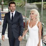 """Was für ein Auftritt des Hollywoodstars und der Pop-Schönheit: Bradley Cooper und Lady Gaga, gemeinsam spielen sie in dem Film """"A Star Is Born"""", begeistern Venedig mit einem glamourösen Hand-in-Hand-Auftritt."""