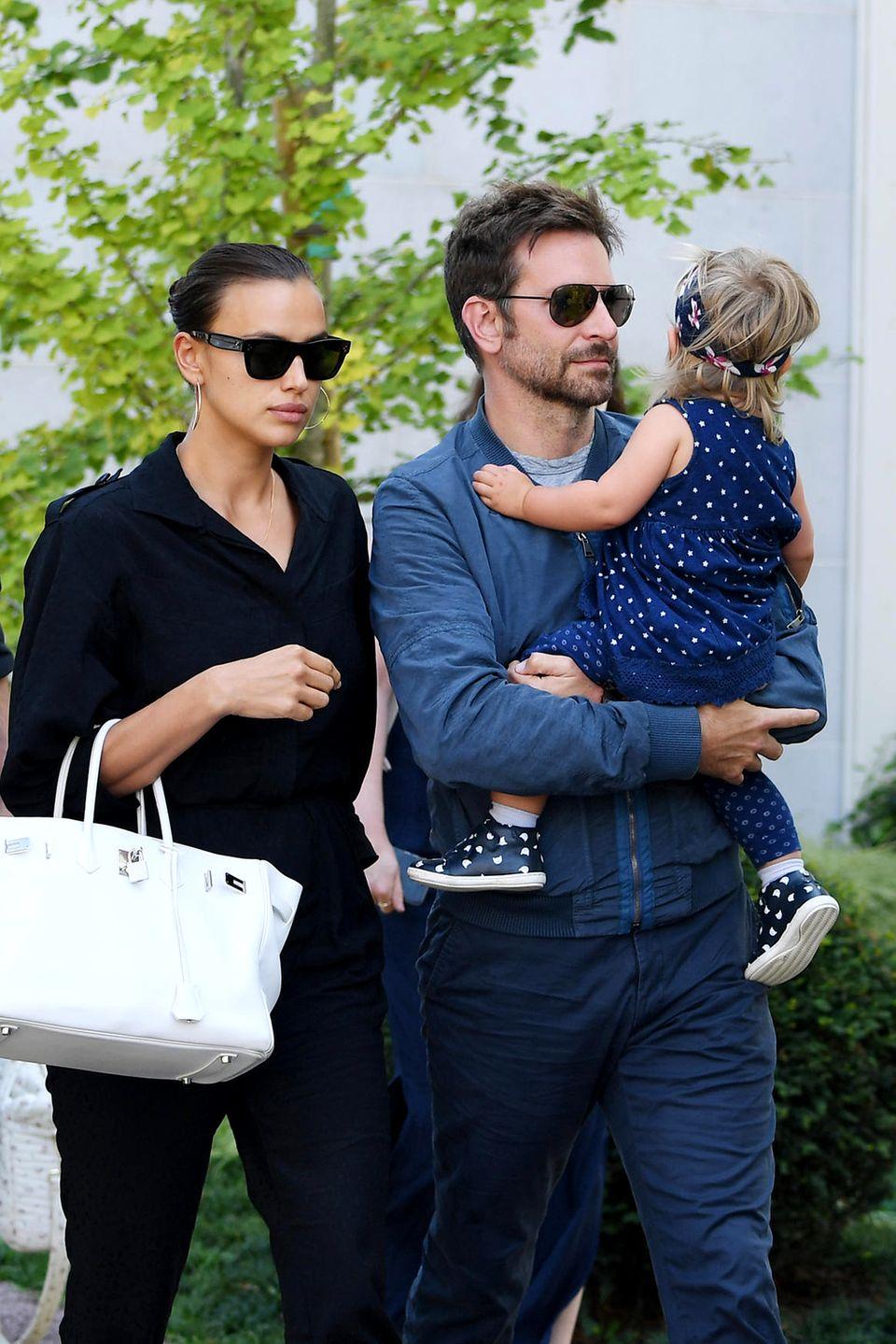 30. August 2018  Mit der jungen Familie beim Film Festival in Venedig: Bradley Cooper mit TöchterchenLea De Seine im Arm und Model-Freundin Irina Shayk an seiner Seite.