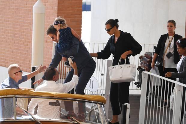30. August 2018  Was wäre ein Venedig-Besuch ohne eine schöne Bootsfahrt? Vorsichtig klettert Bradley Cooper mit seiner Tochter im Arm in das Wassergefährt, dicht gefolgt von Irina Shayk.