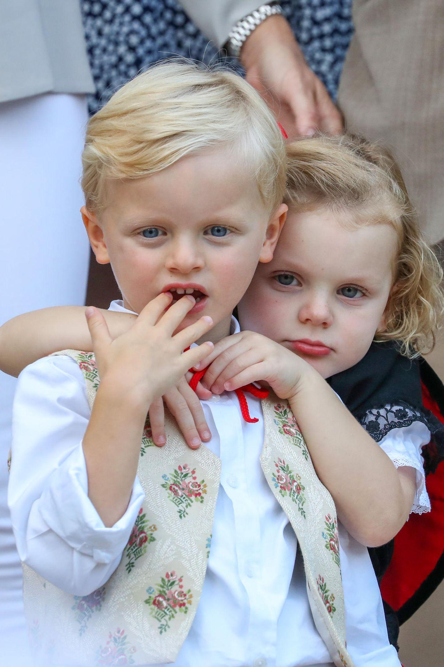 31. August 2018  Müde vom aufregenden Tag kuscheln sich die Zwillinge Prinz Jacques und Prinzessin Gabriella aneinander.