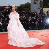 """Lady Gaga gehört an diesem Abend zu den Hauptpersonen: Sie stellt bei den Filmfestspielen ihr neues Drama """"A Star Is Born"""" vor. In einer rosa Federrobe posiert sie auf dem roten Teppich für die Fotografen."""