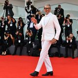 """Bestens gelaunt tänzelt """"Jurassic Park""""- Star Jeff Goldblum über den Roten Teppich."""
