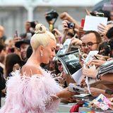 Lady Gaga begrüßt die Fans.