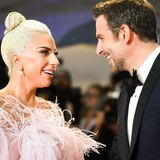 Vertraute Blicke zwischen Lady Gaga undBradley Cooper.