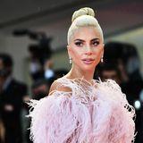Glamouröser Auftritt der Pop-Diva Lady Gaga auf dem Roten Teppich am Abend. In einemValentino Haute Couture Kleid verzaubert die Sängerin die Filmfestspiele.