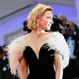 In einemArmani Privé Kleid verzaubert die Schauspielerin Cate Blanchett den Roten Teppich.