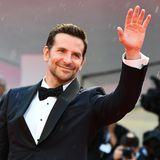 Trotz Regenwetter ist Bradley Cooper bestens gelaunt und begrüßt die Fans.