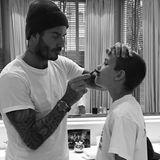 1. September 2018  Eine der berühmtesten Familien der Welt hat heute Grund zum Feiern: Romeo Beckhamfeiert seinen 16. Geburtstag! Der zweitälteste Sohn von David und Victoria Beckham erhält zu seinem Ehrentagherzliche Worte seiner Liebsten.Für PapaDavid ist es dabei geradezu unfassbar, wie groß sein Sohn inzwischen ist.Auf seinemInstagram-Account teilter einen Schnappschuss, auf dem er aufRomeos Oberlippe den Rasierer ansetzt – das eindeutige Zeichen, dass sein Zweitältester nicht mehr weit entfernt davon ist, erwachsen zu sein