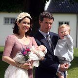 Kronprinzessin Mary von Dänemark trägt zur Taufe ihrer Kinder einen sehr ähnlichen Haarreif. Auch sie hat dunkelbraunes, glänzendes Haar, das sie dank des Haarreifs aus dem Gesicht hält. Doch nicht nur bei der Taufe ihrer Tochter Isabella im Jahr 2007 trägt die royale Schönheit diesen Haarreif...