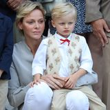 Der kleine Jacques trägt ein schickes, weißes Hemd mit roter Schleife und gemusterter Weste. Dazu gehört eine beige Hose. Seine schwarzen Schühchen lassen ihn schon richtig erwachsen aussehen.