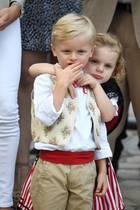 Die scheinen sich lieb zu haben: Prinz Jacques und Prinzessin Gabriella stehlen beim jährlichen Picknick in Monaco allen die Show. Neben ihren Eltern, Fürst Albert und Fürstin Charlène, lachen und kuscheln die beiden.