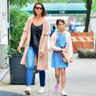 Katie Holmes und Suri Cruise genießen die sonnigen Temperaturen in New York: Beide kombinieren coole Jeans-Looks zu rosa Cardigans. Während Mama Katie auf weiße Sneaker setzt, trägt Suri geblümte Schuhe.