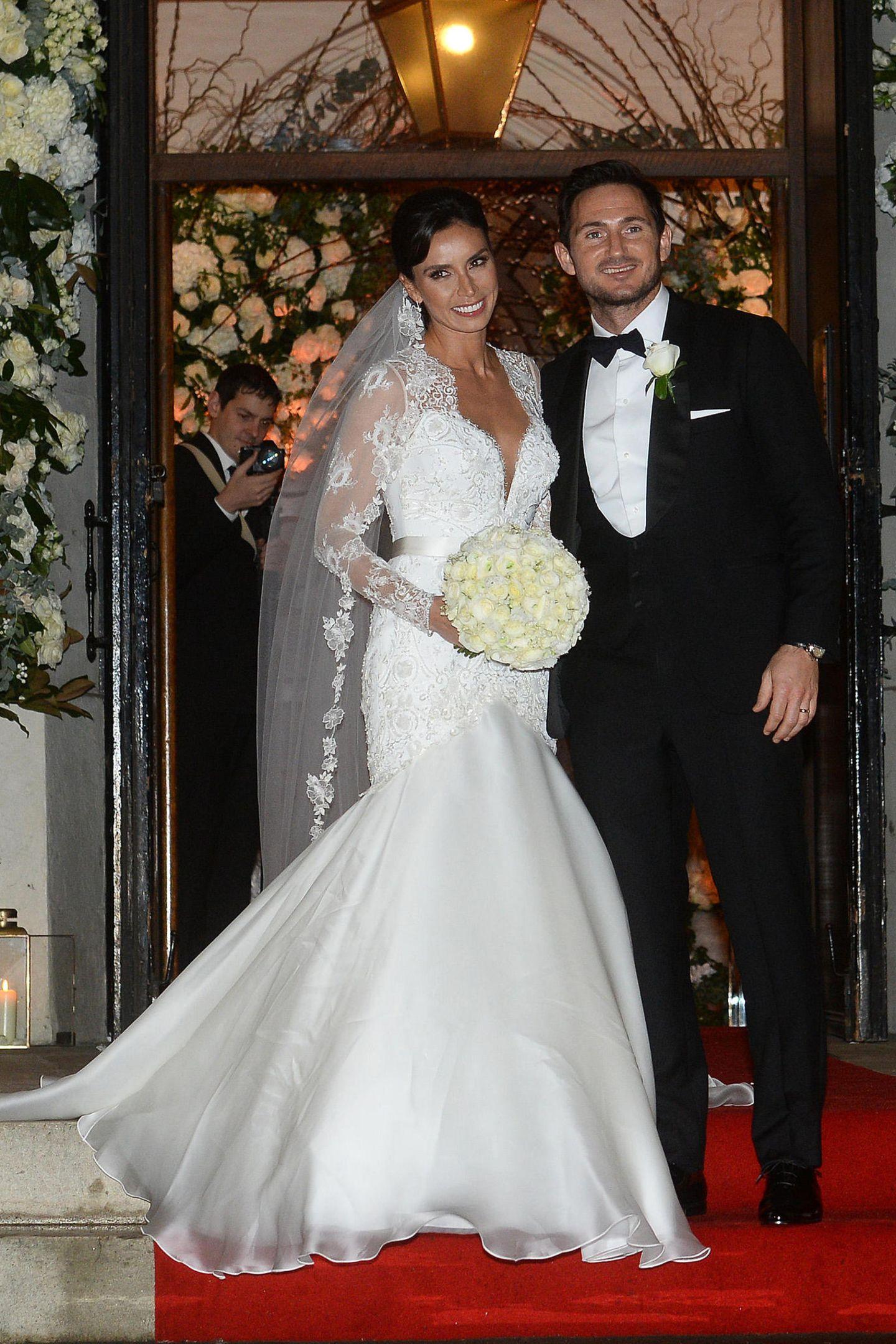 Fußballstar Frank Lampard heiratet seineChristine Bleakley in St. Paul''s. Ihr Kleid erinnert obenrum an das von Herzogin Catherine, untenrum ist der Rock weit ausgestellt und aus glänzendem Satin.