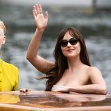Tilda Swintin und Dakota Johnson bei ihrer Ankunft in Venedig.