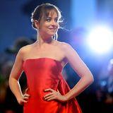 Dakota Johnson in einem traumhaft roten Kleid.