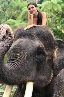 Auf Bali erlebt Victoria Justice eine magische Begegnung mit einem Elefanten.