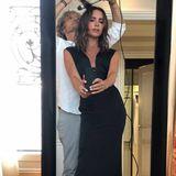 Für ein Selfie ist doch immer Zeit. Modeikone Victoria Beckham schießt ein schnelles Foto, während ihr Stylist sich um die Haare kümmert.