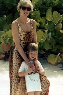 Prinzessin Diana trägt 1990 ebenfalls ein Kleid mit coolem Leo-Print. Am Strand der Bahamas zeigt sie sich mit Prinz Harry im Arm.