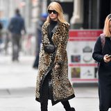 Der Leo-Trend erlebt 2018 ein echtes Revival: Ob als Mantel, wie bei Rosie Huntington-Whiteley, als Kleid oder als Badeanzug - die animalischen Prints sind aus den Kleiderschränken nicht wegzudenken.