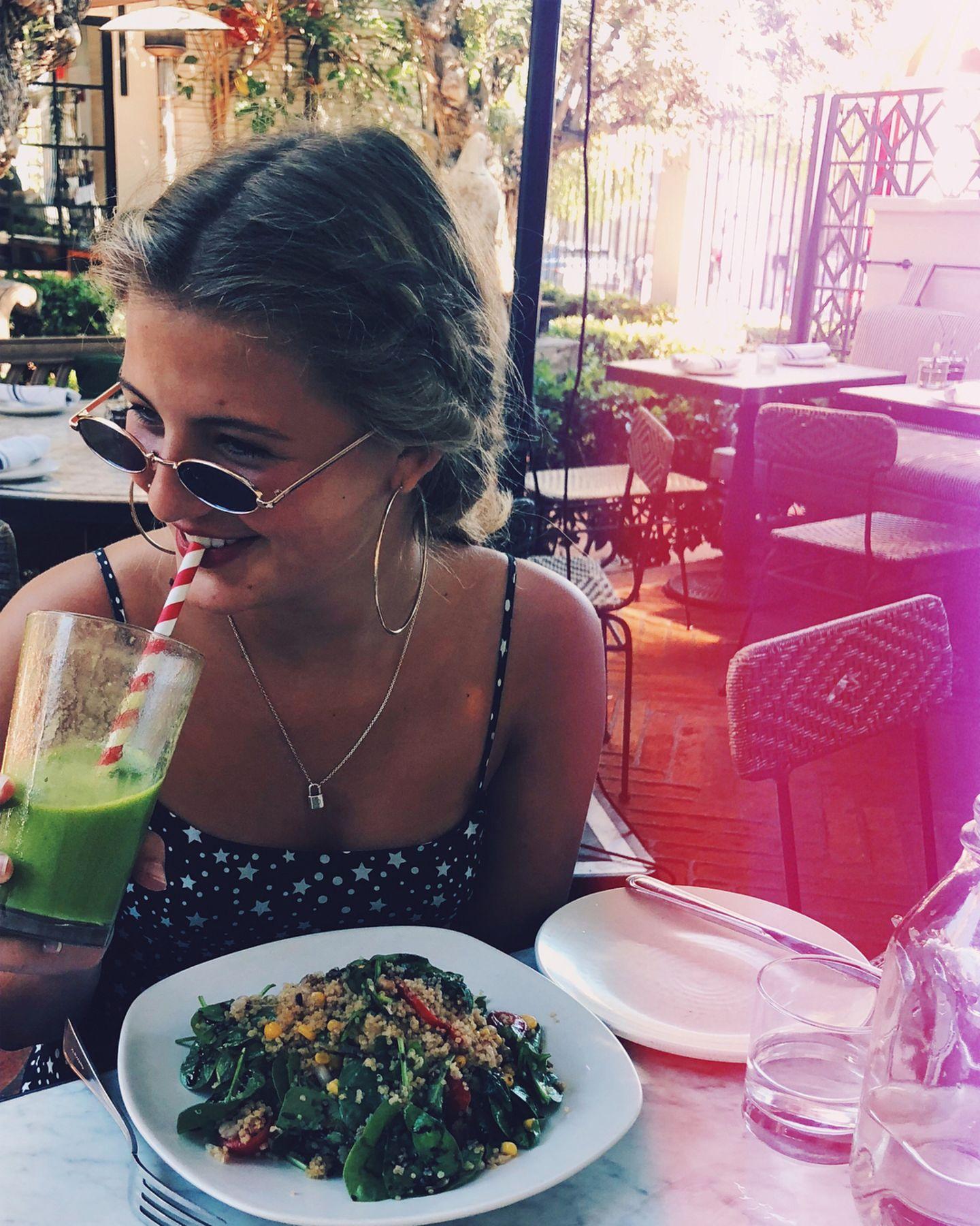 Emma Schweiger lässt sich einen Gesunden Salat inklusive Drink schmecken.