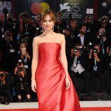 Dakota Johnson verzaubert den roten Teppich in Venedig in einem rotenChristian Dior Haute Couture Kleid.