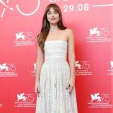 Dakota Johnson beim ersten Fototermin nach ihrer Ankunft in Venedig in einem weißen, schulterfreien Kleid des Designers Christian Dior.
