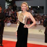 """Glamouröser Auftrittvon Cate Blanchett bei der """"Suspiria""""- Premiere am Abend. Die Schauspielerin erscheint in einem langen One-Shoulder Dress vonArmani Privé."""