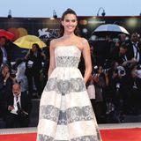 """Sara Sampaio bei der """"A Star Is Born"""" Premiere in einem schulterfreien Kleid vonArmani Privé."""
