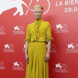 Ein bisschen Farbe auf dem roten Teppich zeigt Tilda Swinton in einem limettengrünen Dress von Haider Ackermann