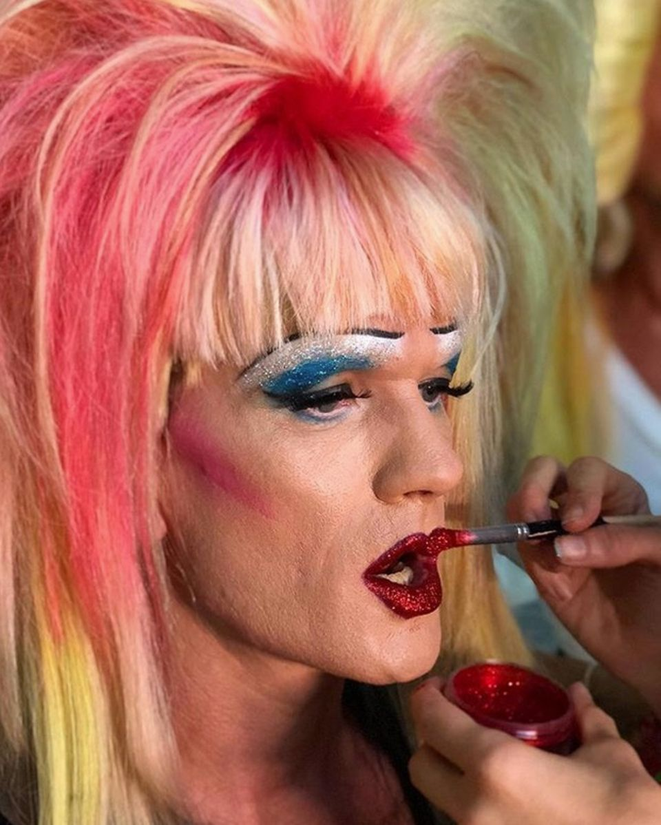 """Auf seinem Instagram-Profil zeigt Neil Patrick Harris, wie er für das Dragqueen-Festival""""Wigstock"""" mit aufwendigem Make-up und einer voluminösen Perücke von einer Maskenbildnerin zurechtgemacht wird."""